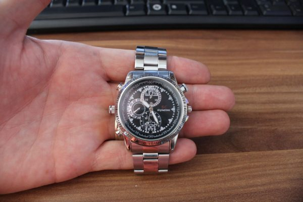 kamera v hodinkach v ruke